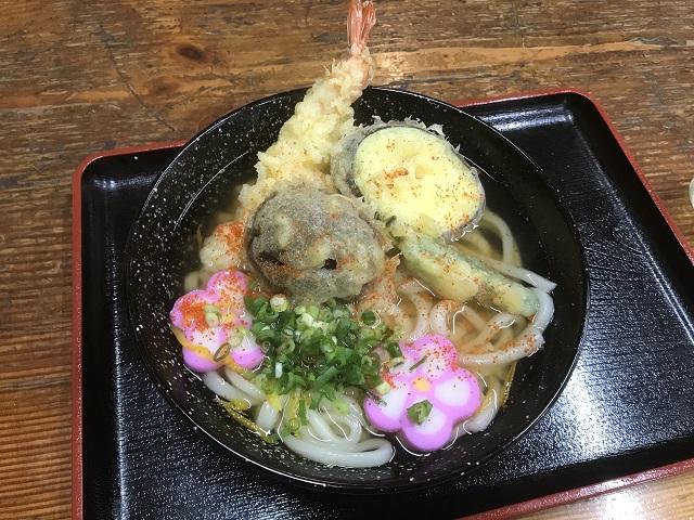 山門脇の食堂で食べたうどん。やはり天ぷらは揚げたてが一番